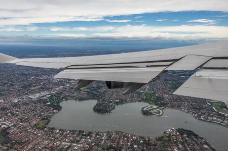 Widoki podróży Samolot z okna samolotu podczas lotu i lądowania Zdjęcie Seryjne