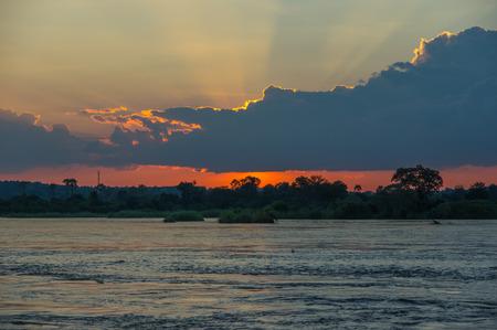 zimbabwe: Hermosa puesta de sol sobre el río Zambezi, Zambia, el Zambeze es el cuarto río más largo de África Foto de archivo
