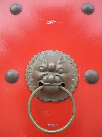 tocar la puerta: Le�n de golpe la puerta