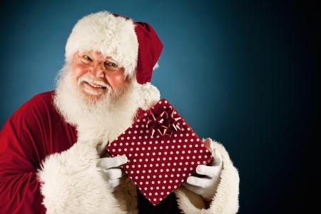 Amplia serie de un caucásico, auténtico personaje de Santa Claus sobre un fondo azul. Foto de archivo - 22057705