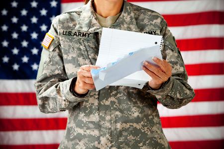 letter envelopes: Soldado: Lectura de una carta de casa