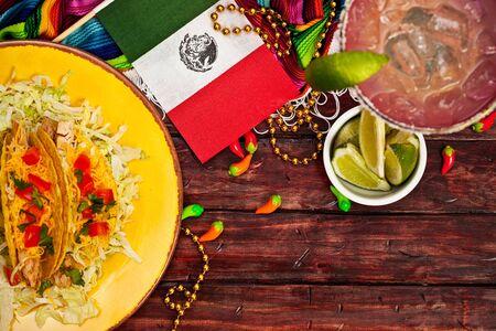 bandera de mexico: Antecedentes Cinco de Mayo con taco y la bandera Foto de archivo