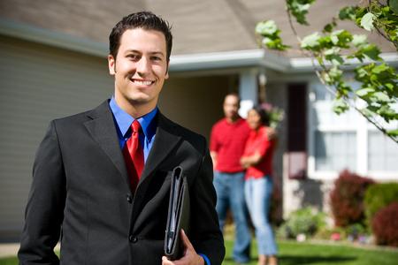 zakelijk: Home: Real Estate Agent klaar om naar huis verkopen Stockfoto