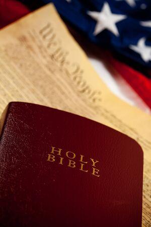 constituci�n pol�tica: Constituci�n: Enfoque en la Biblia con los documentos y la bandera Detr�s