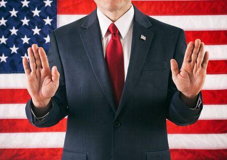 Politiker: Mann, der mit den Händen in der Luft