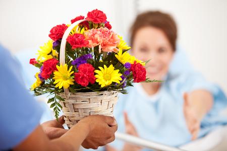 병원 : 여자는 꽃 선물을 위해 도달합니다 스톡 콘텐츠 - 57672491