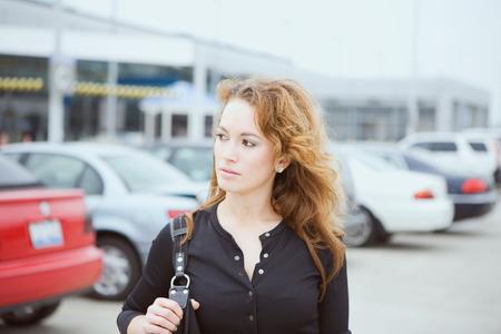 Travel: Vrouw Bij Airport Parking Lot