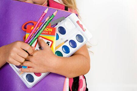 学用品の教育: 女の子を保持ひとかかえ