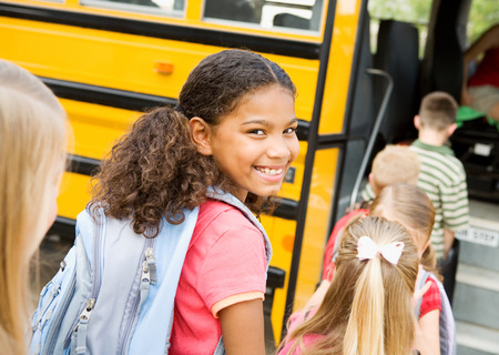 autobus escolar: School Bus: linda chica está en el bus