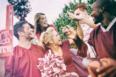 Tailgating: Gruppe Studenten Excited Für Fußballspiel Standard-Bild