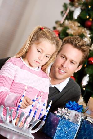 familia cristiana: Vacaciones: Relojes del papá de chicas encender velas Foto de archivo