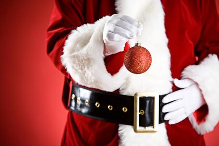 산타 : 크리스마스 장식품을 들고