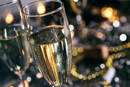 大晦日を祝うシリーズで、いくつかは2018の数字でできています。 紙吹雪、シャンパンなどたくさん広告の背景に適しています。