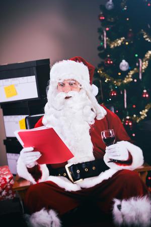 Serie met een man in een kerstman outfit, in verschillende poses met kerst rekwisieten.