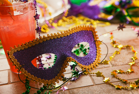 Series for the celebration of Mardi Gras, including Hurricane drinks, a King Cake, masks and trinkets. Stockfoto