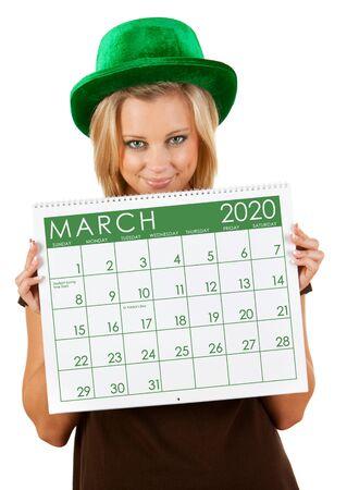 Nette Serie mit einer kaukasischen Frau, die einen Kalender für verschiedene Jahreszeiten hält.