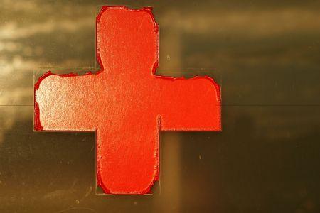 croix rouge: Old signe croix rouge sur la fen�tre Banque d'images