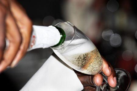 Человек заливки шампанского Фото со стока