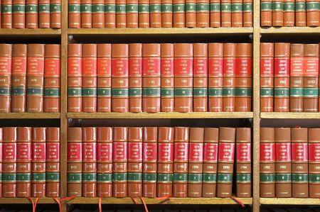 bibliotecas: Biblioteca Jur�dica en madera para libros Foto de archivo