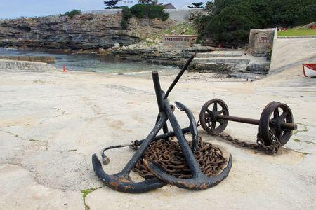 shackled: Las anclas y cadenas de ancla en Puerto Hermanus, Sud�frica