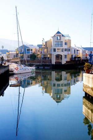 shackled: Barcos en el puerto de Knysna, Sud�frica