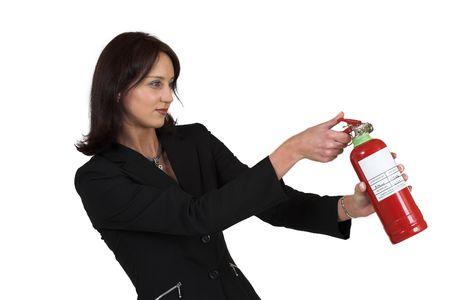 fuego azul: Mujer de negocios en el juego negro formal que sostiene el extintor Foto de archivo