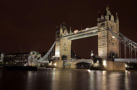 Die Bascule Aufsatzbrücke in London, Nachtszene über der Themse