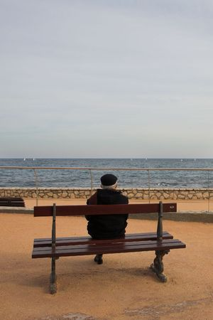 horison: Lonely man on Bench, next to the sea
