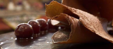 patisserie: Vetri torta al cioccolato e delle ciliegie in una pasticceria francese e CHOCOLATERIE - profondit� di campo, spazio copia