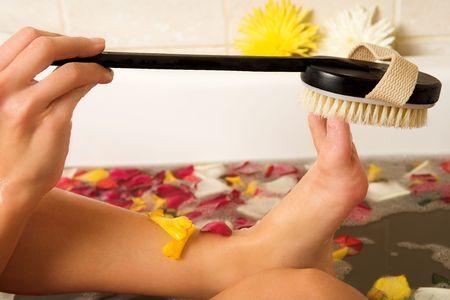 fregando: Mujer en el ba�o de un lavado de sus pies con un pincel