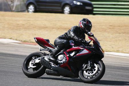 Alta velocidad de Superbike en el circuito - Kyalami, Sudáfrica - Movimiento por elementos de la imagen. Trackday (Todos los logos y marcas eliminado)  Foto de archivo - 526555
