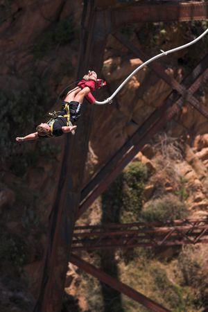 persona saltando: Bungee Jumper en Gouritz puente sobre el R�o, Sud�frica - Movimiento por Jumper  Foto de archivo