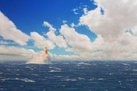 encrespado: El faro labrado romano dentro de la bah�a en la ciudad de Simons, cabo occidental, Sur�frica. D�a extremadamente ventoso con agua entrecortada y las ondas grandes que se rompen contra el faro. Foto de archivo