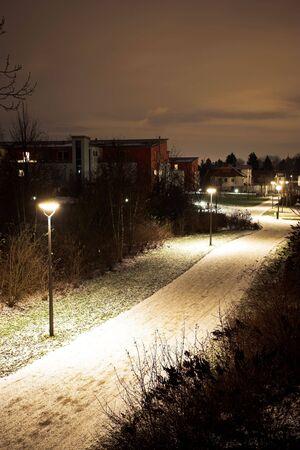 nightime: Vie desolate di Monaco di Baviera a nightime, coperte in neve.