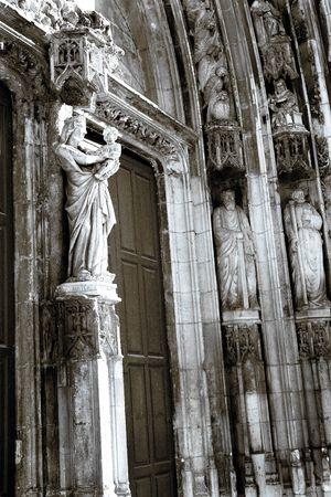triptico: La puertas de madera y estatuas de la Catedral Sainte-Sauveur en Aix-en-Provence, Francia - Negro y blanco con azul emitidos - Bitono