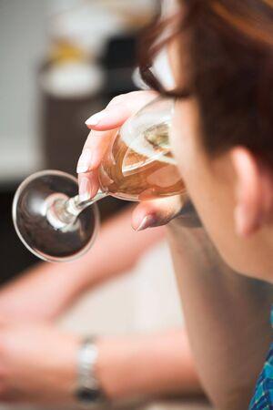 mujer de espaldas: Joven mujer de espaldas, bebiendo champ�n con amigos (poca profundidad de campo se centran en los dedos) Foto de archivo