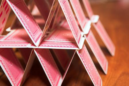 jeu de carte: Ch�teau de cartes sur une table en bois (tr�s peu de profondeur de champ)