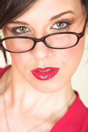 discreto: Los j�venes adultos de raza cauc�sica de negocios en un rojo, discreta, oficina de desgaste con gafas, ojos marrones, y los labios rojo  Foto de archivo