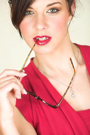 discreto: Los j�venes adultos de raza cauc�sica de negocios en un rojo, discreta, oficina de desgaste con gafas, ojos marrones, y los labios rojo - Focus on Lips  Foto de archivo