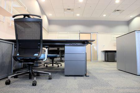 mobilier bureau: Bureau vide avec le nouveau mobilier moderne, y compris les bureaux, les armoires, les classeurs et les chaises. Deux chaires oranges face �. Image de type HDR