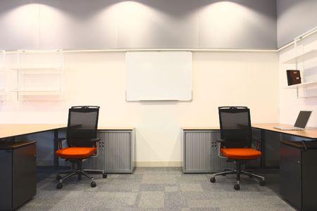 meubles de bureau: Bureau vide avec le nouveau mobilier moderne, y compris les bureaux, les armoires, les classeurs et les chaises. Deux chaires oranges face �. Image de type HDR
