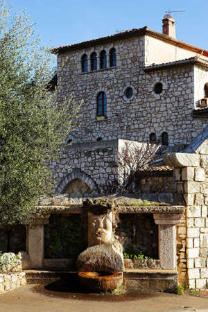 alpes maritimes: Fountains and buildings with windows and doors in the quaint little French hilltop village of Saint-Paul de Vence, Southern France,  Alpes Maritimes, next to the Mediterranean sea - A Heritage Site Stock Photo