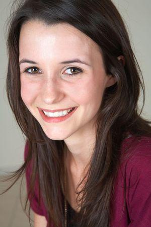 ojos marrones: Retrato de una hermosa joven adulto (joven) mujer de raza cauc�sica con la luz y la piel marr�n oscuro cabello, ojos marrones y rosados labios, el uso de granate Jacket