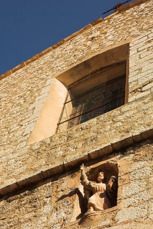 alpes: Building with window and statue in the little French hilltop village of Saint-Paul de Vence, Southern France, Alpes Maritimes, next to the Mediterranean sea