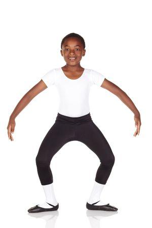 zapatillas ballet: J�venes africanos ballet ni�o en el fondo blanco reflectante de color blanco y piso de ballet que muestran diversas medidas y posiciones. No aisladas Foto de archivo