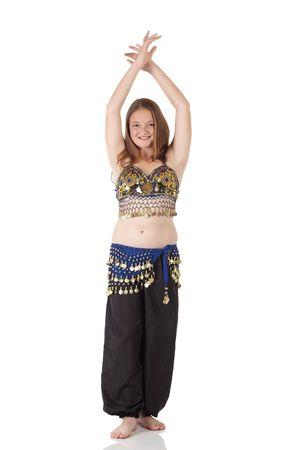 buikdansen: Jonge blanke buikdansen meisje in een mooie versierde kleding op witte achtergrond en reflecterende vloer. Niet geïsoleerd