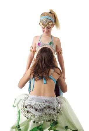 buikdansen: Twee jonge blanke buikdansen meisjes in mooie kleren gedecoreerd op witte achtergrond. Niet geïsoleerd