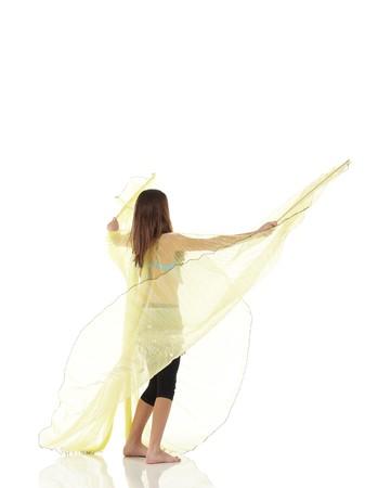 buikdansen: Young Kaukasisch buik dansende meisje in mooie ingerichte kleren op witte achtergrond en reflecterende vloer. Niet geïsoleerd  Stockfoto