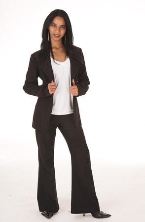 Hose: Young adult Afrikanisch-indischen Businesswoman in casual B�ro-Outfit mit schwarzen Hosen und high Heels mit einer dunklen Jacke auf wei�em Hintergrund. Nicht isoliert Lizenzfreie Bilder