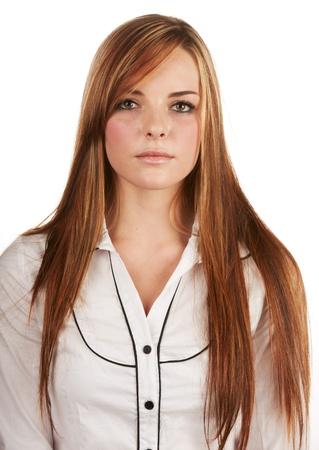 pelirrojas: Hermosa mujer joven adulto cauc�sico con el pelo largo y casta�o rojo sobre un fondo liso, vestido con una camisa blanca bot�n